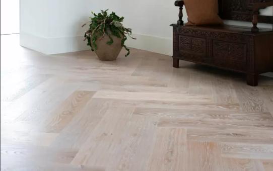 Via Knulst Houten Vloeren koop je een praktische, duurzame en stijlvolle licht eiken vloer